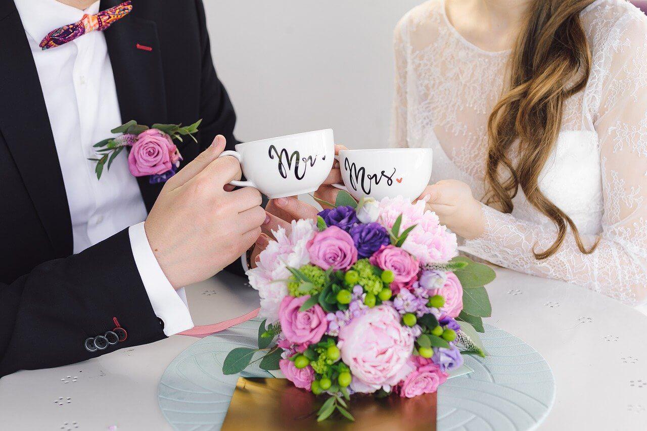ペアのカップを持つ夫婦
